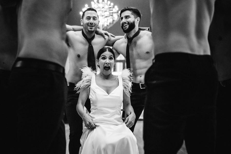 fotografia de casamento striptease do noivo e padrinhos