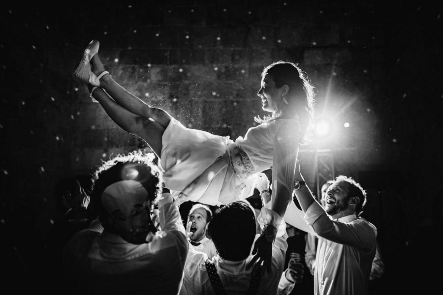 fotografia de casamento Mosteiro Amares noiva atirada ao ar