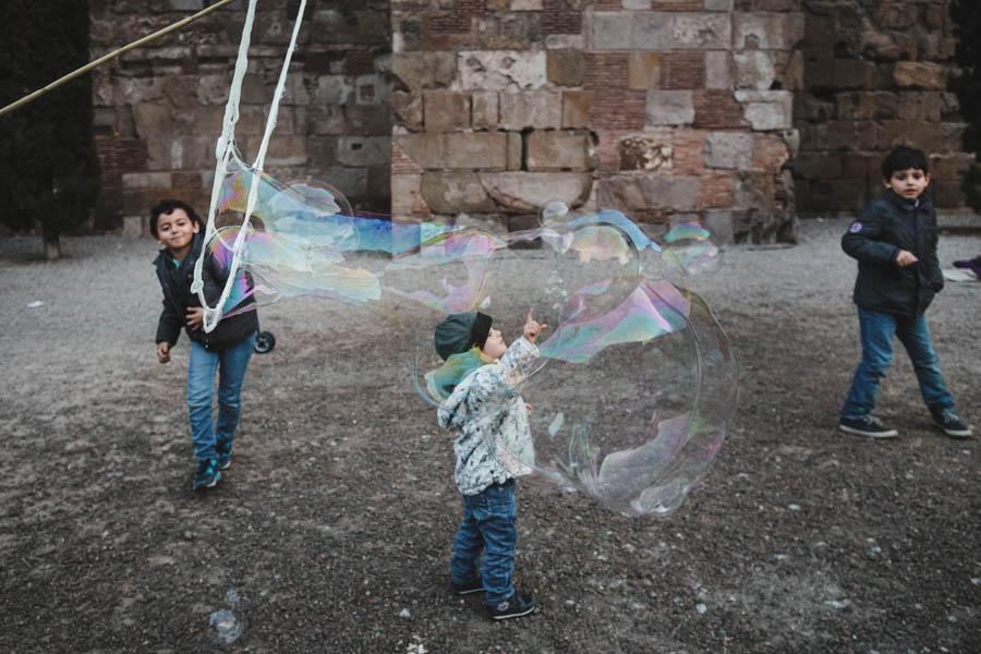 Road Trip em familia barcelona catedral menino bola de sabão bolha gigante