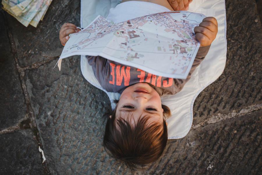 Road Trip em familia bebe mudar fralda no chao siena mapa cidade fotografia documental