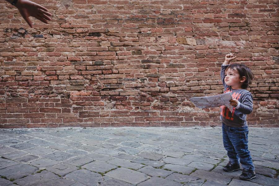 Road Trip em familia siena italia menino mapa mao fotografia documental viagem