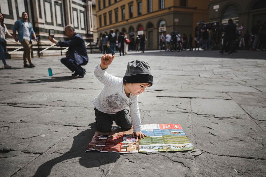 Road Trip em familia florenca itlalia menino ler mapa chao batisterio