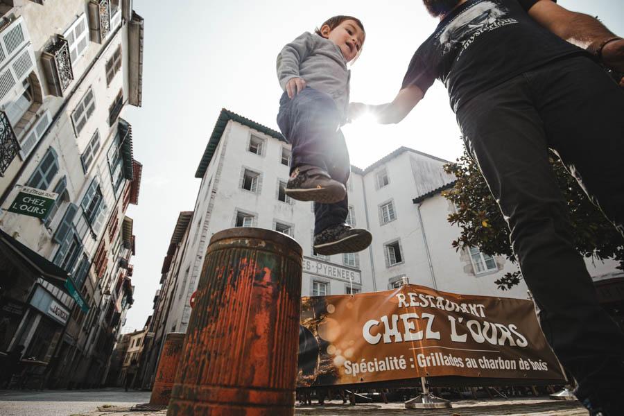 Road Trip em familia bayonne pais basco menino voar salto