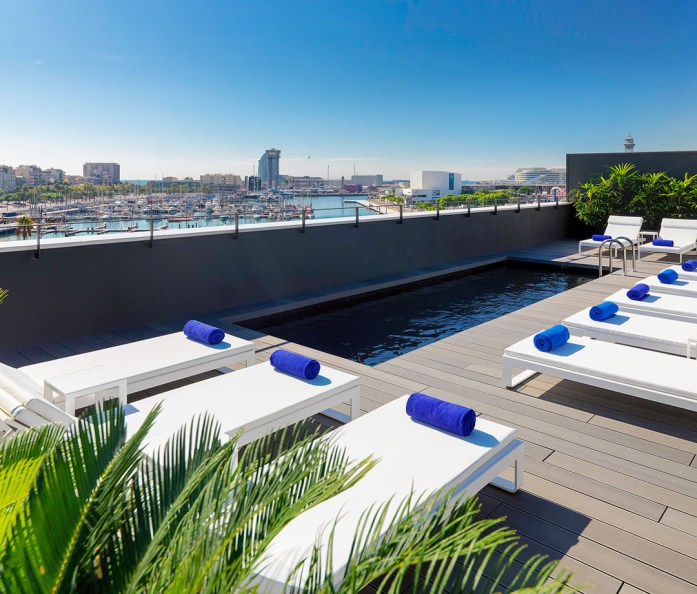 The pool at H10 Port Vell