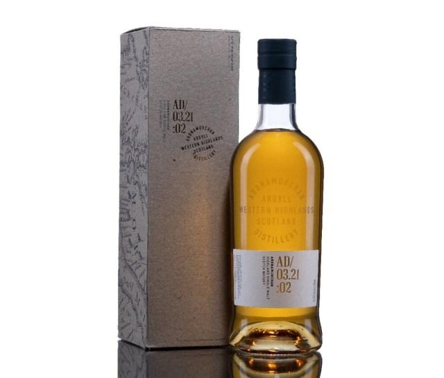 Een doos voor Ardnamurchan Small Batch AD/03.21:01 whisky, staande naast een volle fles.