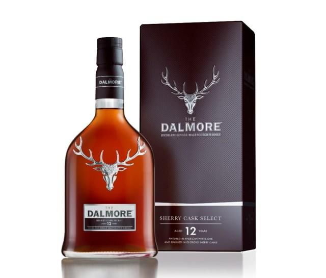 Een fles Dalmore 12-Year-Old Sherry Cask Select naast de doos. Beide hebben een afbeelding van een elandkop.