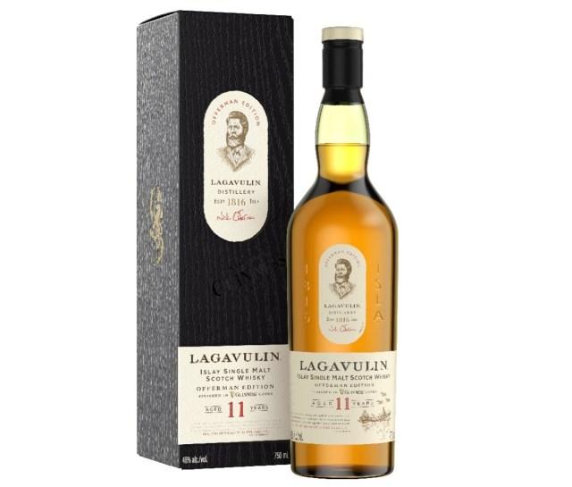Een doos naast een fles Lagavulin Offerman Edition: Guinness Cask Finish
