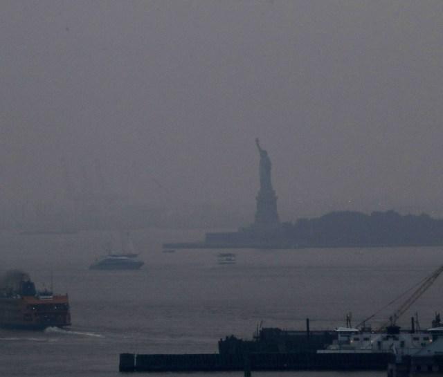 Het Vrijheidsbeeld gehuld in rook van de bosbranden in het westen van de VS.