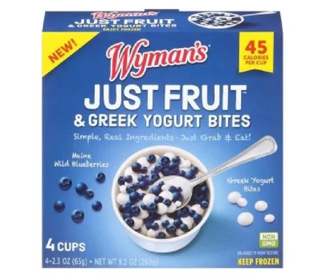 Wyman's Just Fruit is een kant-en-klare snack die slechts 45 calorieën bevat en ongeveer ¼ kopje fruit per portie bevat. Het is net zo voedzaam als vers fruit en is gemakkelijk te eten. Wyman's gebruikt een vriestechniek om hun wilde bosbessen uit Maine te combineren met Griekse yoghurtbeten.