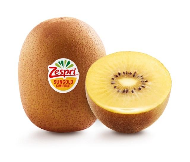 Twee SunGold kiwi's. Een ervan is doormidden gesneden en vertoont een geel interieur. Op de andere zit een Zespri sticker.