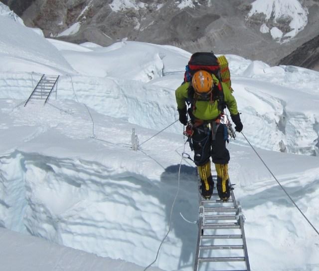 IJsklimmen met dubbele ladders op Everest