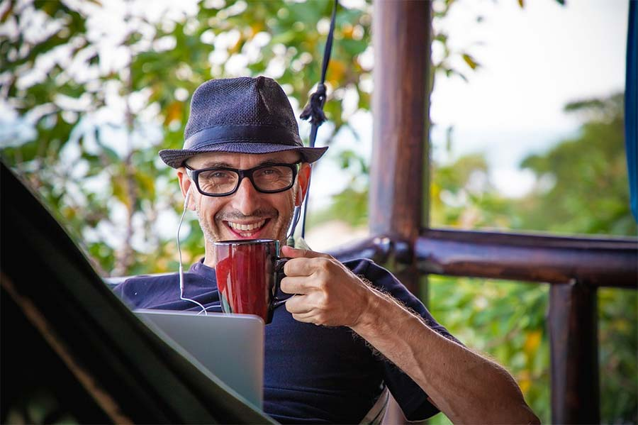 Digital nomad working while travelling