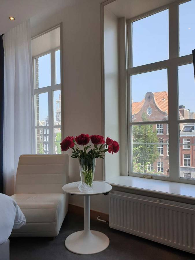 Radisson-Blue-Amsterdam-Premium-Room-Canal-View-12