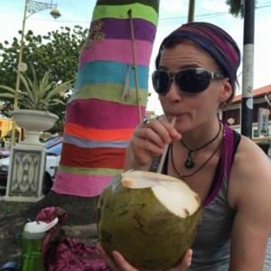Ja, wir sind definitiv wirklich im Urlaub. Frische Kokosnuss schlürfen in Georgetown. Dazu Straßenkunst an allen Ecken. Und Tempel. Und Shops. Und Essen. Und Gerüche.