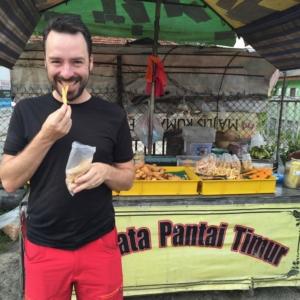 Einer der Stände, von Riez's Freunden: hier gab es frittiertes. Fischbällchen, Krabbenchips, Süßkartoffel-Pommes und für die dommi: frittierte Bananen! Yummy!