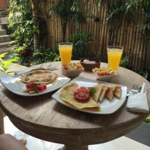 Das erste Frühstück auf Bali (Gott, wie toll es ist, diesen Satz auch nur zu schreiben!!!) Die Baustelle hinterm Zaun seht und hört ihr zum Glück nicht. Punkt 8 fängt der Hammer an zu Schwingen. Ausschlafen ist nich!