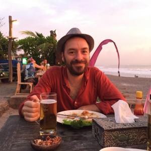 Sonnenuntergang am heimischen Strand im heimischen Warung. Da ist das glückliche Lächeln wohl vorprogrammiert.
