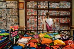 Wer kauft das alles? Offensichtlich die Touristen, die langsam beginnen, Richtung Tempel zu strömen.