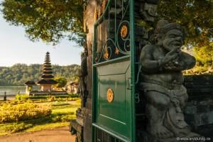 Schön ist die Tempelanlage aber auch ohne Wasser. Und die Statuen überall - immer passt jemand auf. Sehr schön!