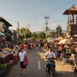 Auf dem Weg an die Nordküste Balis sind wir mitten im Markt von Banjar gelandet. Und wie immer hat uns das Treiben so fasziniert dass wir ein bisschen gucken und genießen mussten.