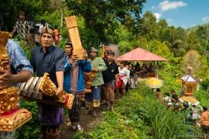 Da die ganze Zeremonie aber ziemlich teuer ist, wartet man im Dorf oft, bis genug zusammen sind und legt dann zusammen.