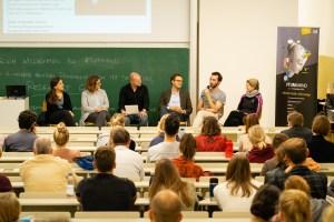 Zahlreiche Zuhörer finden an diesem Abend den Weg zur Podiumsdiskussion – Foto | TUM: Junge Akademie / Arvid Uhlig