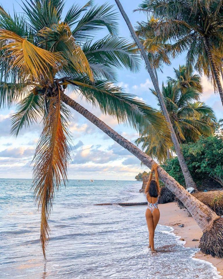 sexy pose para hacer en la playa con palmeras