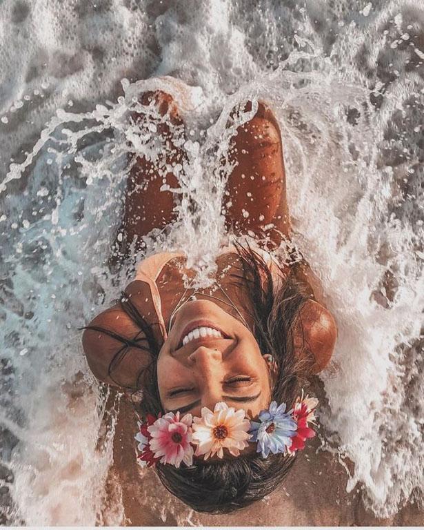 mejores bikini fotos con flores en la playa