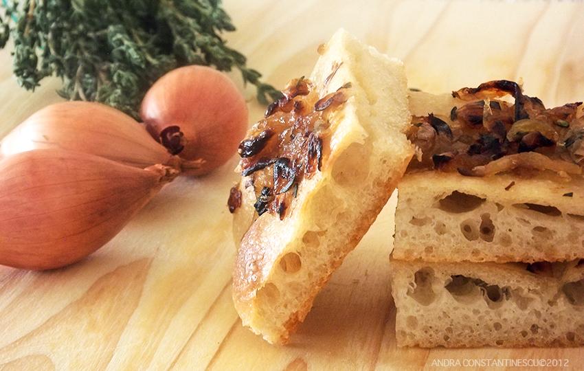 Retete cu maia: Focaccia cu ceapa caramelizata si cimbru