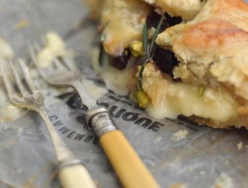 reteta-camembert-en-croute-cu-merisoare-rozmarin-si-fistic