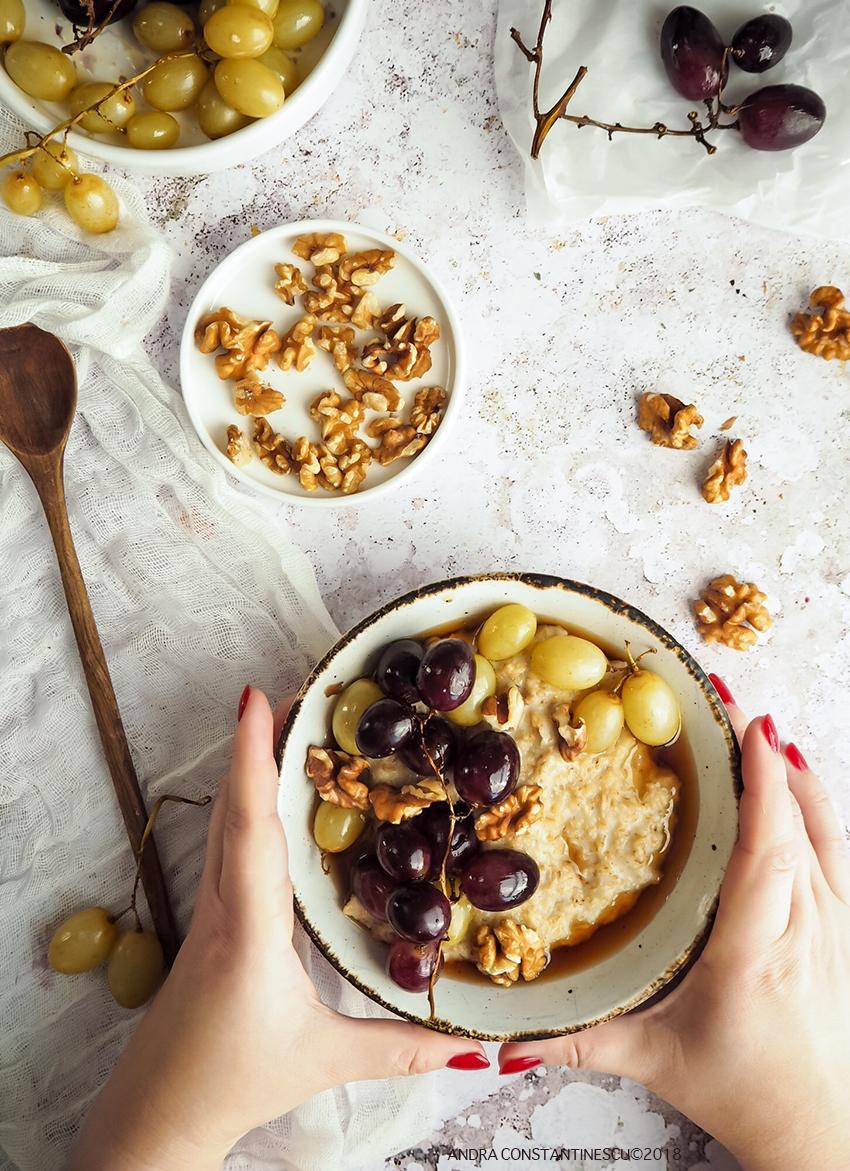Porridge cu struguri, nuca si sirop de artar