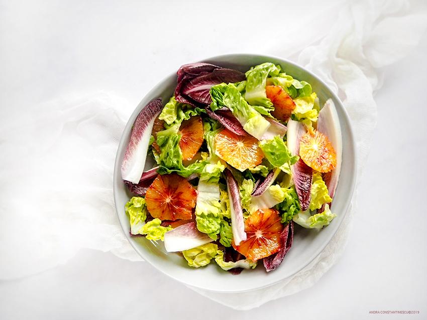 Salata verde cu andive si portocale rosii