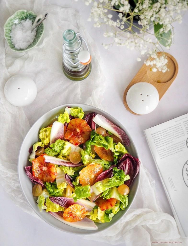 Mic dejun cu salata verde cu andive si portocale rosii