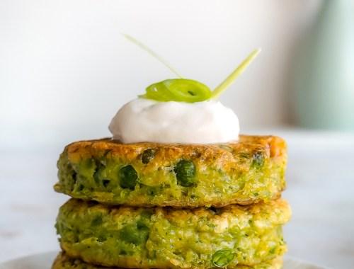 Chiftele vegetariene cu mazare si ceapa verde - o reteta de primavara, rapida si delicioasa