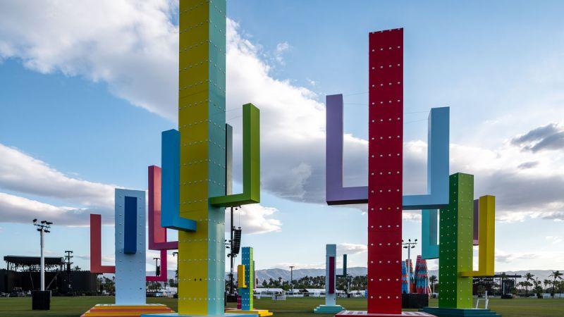 Cascate di tramonti e astronauti giganti – l'arte atterra al Coachella Festival