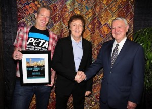 PETA Vice President Dan Mathews and Paul McCartney present Austin Mayor Lee Leffingwell with the award.