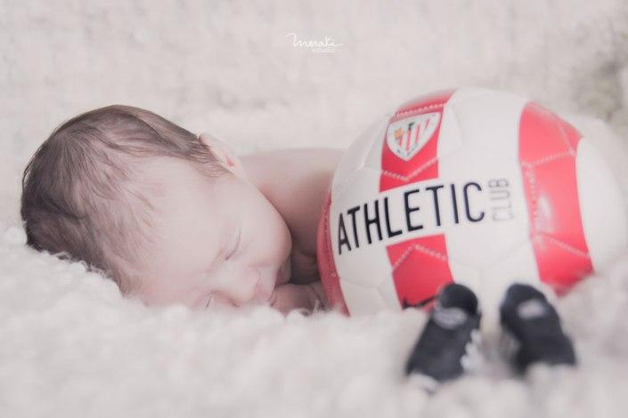 Fotografía de recién nacido personalizada en Bilbao con athletic club