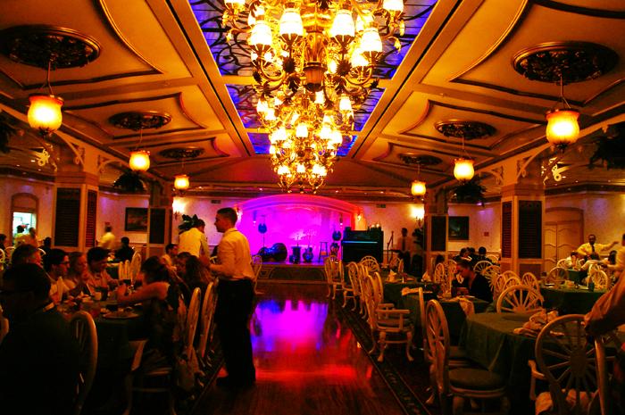 Ambiente do Tiana's lembra restaurante da década de 1920