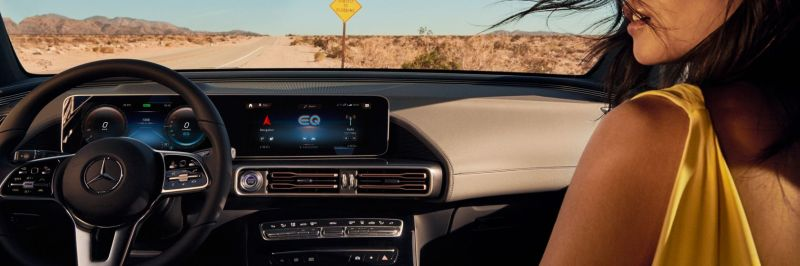 De afbeelding toont de widescreen cockpit van de Mercedes-Benz EQC.