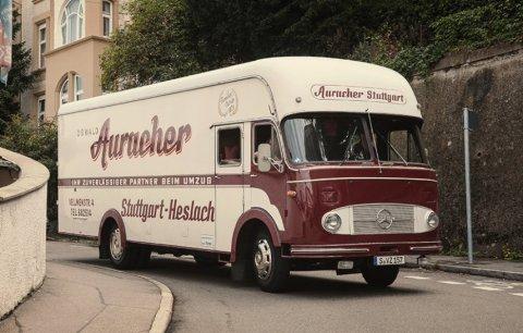 Umziehen mit einem Oldtimer: Oswald und Felix Auracher transportieren Möbel mit einem Mercedes-Benz LP 322