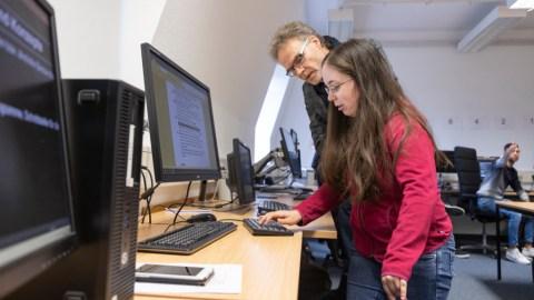 Daimler Trucks spendet 25.000 Euro für sehbehinderte Schülerinnen und Schüler Foto: Prof. Dr. Uwe Baake, Leiter der Entwicklung bei Mercedes-Benz Lkw, mit Schülerin der Tilly-Lahnstein-Schule.