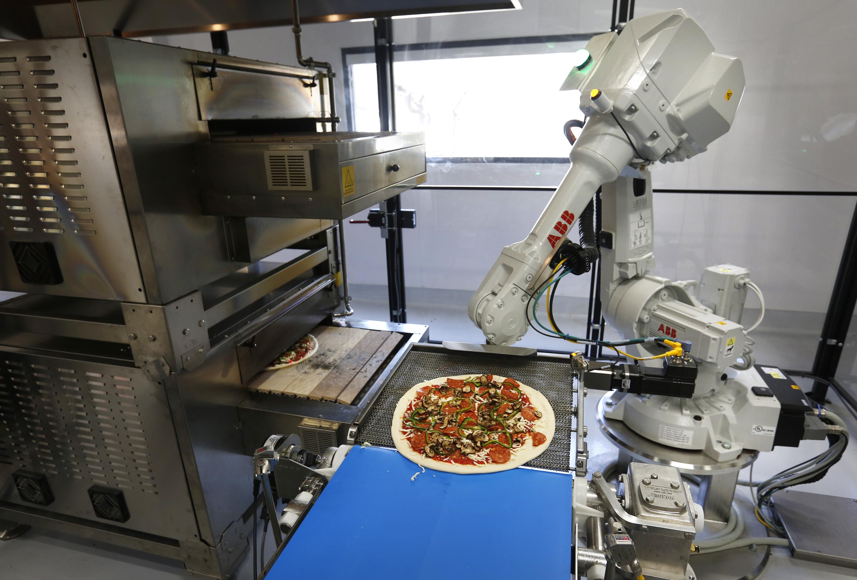 Robot de ABB elaborando una pizza en Zume Pizza (Fuente: https://i1.wp.com/www.mercurynews.com/wp-content/uploads/2016/09/zume.jpg)