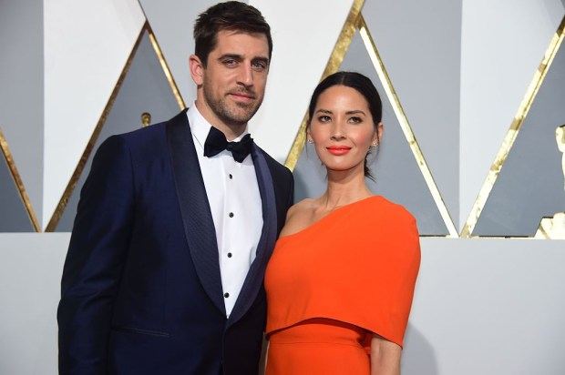 Athlete Aaron Rodgers and actress Olivia Munn arrive on the red carpet for the 88th Oscars on February 28, 2016 in Hollywood, California. AFP PHOTO / FREDERIC J. BROWN / AFP / FREDERIC J.BROWN (Photo credit should read FREDERIC J.BROWN/AFP/Getty Images)