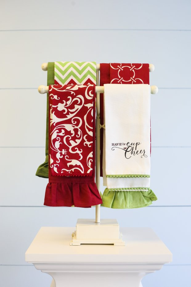 Holiday linens make an easy hostess gift. (Hen House Linens)