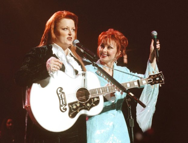 Laura A. Oda/staff 3/3/00 Herald Cue Wynonna and Naomi Judd back together again in concert at the San Jose Arena Friday night.
