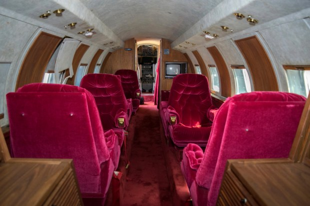 jet owned by elvis presley auctioned after sitting 35 years. Black Bedroom Furniture Sets. Home Design Ideas