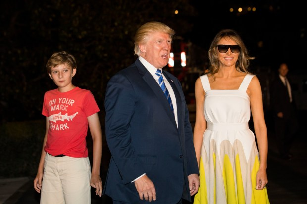 U.S. President Donald Trump (C), with First Lady Melania Trump (R) and their son Barron (L), walks to the White House from Marine One on the South Lawn of the White House on August 20, 2017 in Washington, DC. President Trump is returning to Washington after his 2 week working vacation in New Jersey. (Photo by Jim Lo Scalzo - Pool/Getty Images)