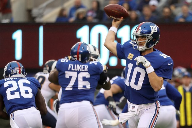 Quarterback Eli Manning #10 of the New York Giants throws a first half pass against the Los Angeles Rams at MetLife Stadium on November 5, 2017 in East Rutherford, New Jersey. (Rob Carr/Getty Images)