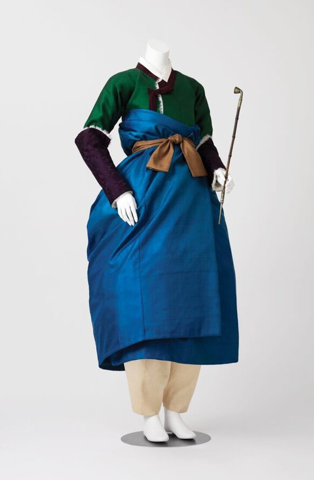 Woman's winter ensemble, 2016. Reconstruction based on an 18th-centurypainting. Wool, silk, cotton and linen. (Photograph © Arumjigi Culture Keepers Foundation)