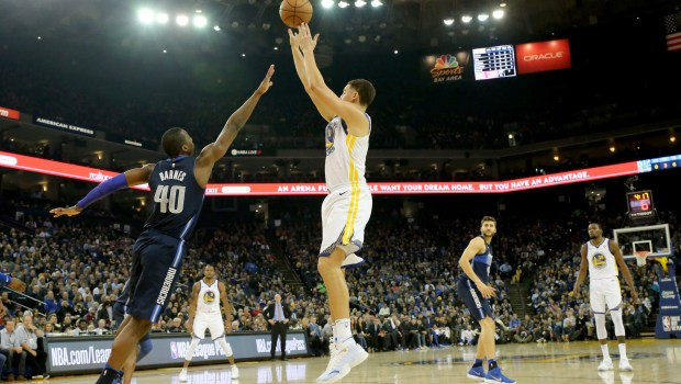 Golden State Warriors' Klay Thompson (11) lays up a shot against Dallas Mavericks' Harrison Barne (40) in the first half at Oracle Arena in Oakland, Calif., on Thursday, Dec. 14, 2017. (Ray Chavez/Bay Area News Group)